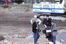 Jednatel Pavel Šenk (vlevo) vyhazuje archeology ze staveniště. Památkář Michal Zezula (úplně vpravo) se ale nechce dát a chování developera nechápe.