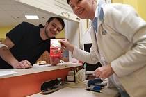 Valentýnský odběr si nenechalo ujít 83 dárců krve a plazmy. Každý z příchozích dostal drobný dáreček od společnosti Semix.