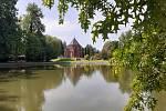 Centrum obce s rybníkem.