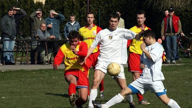 Díky vítězství nad Komárovem si fotbalisté ze Zlatník udrželi šanci na postup.