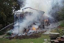V pondělí po sedmé hodině ranní vyráželi hasiči k požáru srubu nedaleko Klokočova.