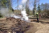 Hasiči zasahovali při požáru lesa u Skřipova.