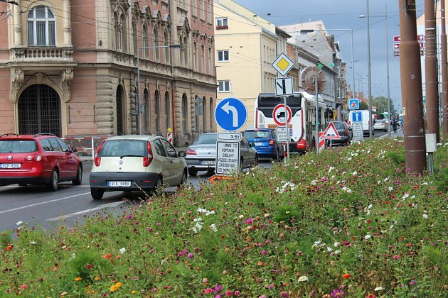 Vkrnovské ulici se aktuálně frézuje povrch silnice a provoz řídí semafory. Úplná jednodenní uzavírka vobou směrech proběhne nejspíše 3.listopadu.