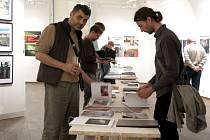 Vernisáže fotografií studentů a absolventů Institutu tvůrčí fotografie v Domě umění se zúčastnily stovky lidí.