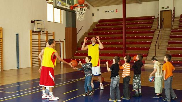 Opavští basketbalisté vyučovali na Základní škole Mařádkova.
