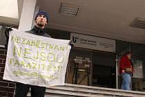 Filip Šimeček z občanské iniciativy ProAlt se snažil včera oslovit Opavany před úřadem práce rozdáváním letáků i transparentem.