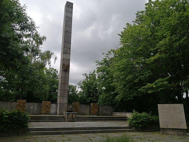 Vrchol Ostrá Hůrka sPamátníkem odboje slezského lidu.