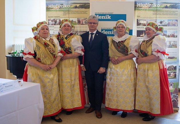 Diskuzní setkání SOH na kravařském zámku otevřely svým kulturním vystoupením Seniorky zBolatic. Na snímku sHerbertem Paverou.