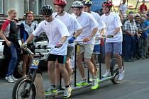 Jezdcům v průběhu náročného závodu nechybí zápal a soutěživost, ale nezapomínají rovněž ani na dobrou náladu.
