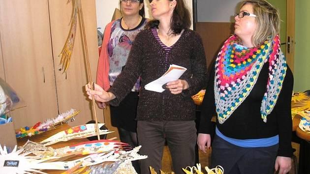 Komise, v jejímž čele stojí koordinátorka Tříkrálové sbírky Marie Gilíková (na snímku uprostřed), letos vybírala z celkem padesáti nazdobených komet Tříkrálové sbírky.
