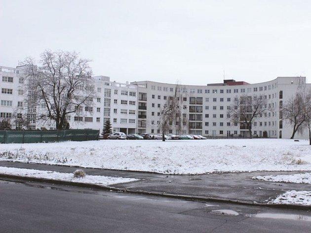 Na fotografii z loňského prosince je vidět plocha, na které by měl vyrůst penzion.
