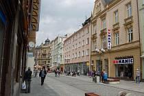 Bytové domy číslo 7 a 9 (růžové barvy) prodalo město v úterý v dražbě. Nájemníci hledají pomoc u politika.