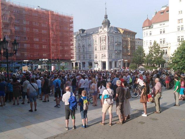 Demonstrace za nezávislou justici a proti vládě 11.června vOpavě na Horním náměstí.