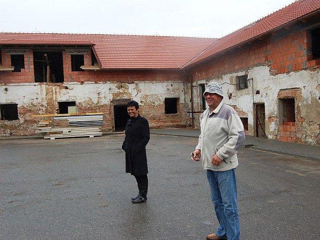Jaroslava a Karel Klemensovi v areálu budoucích jatek na okraji Melče.