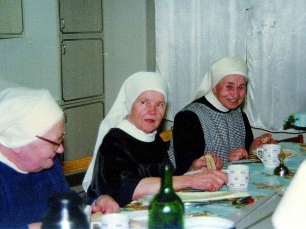 Starší Kordulčina sestra Isidora (uprostřed) byla také řeholnicí.