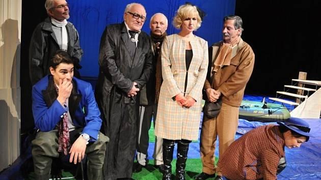 Král Michala Stalmach (sedící vpředu), za ním stojící členové vlády zleva Martin Táborský (Plinius), Drahomír Ožana (premiér), Pavel Rohan (Boanerges), Ivana Lebedová (min. energetiky), Kostas Zerdaloglu (min. vnitra) a Hana Vaňková (min. školství).