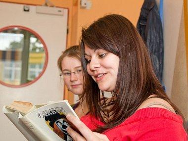 Studentky Slezské univerzity Ivana Holešová (vpředu) a Marie Gorylová při čtení dětem v opavské nemocnici. Tentokrát si vybraly ukázku z knihy Eduarda Basse Cirkus Humberto.