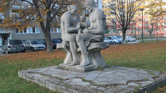 Sousoší Rodina před Základní školou Edvarda Beneše stojí od roku 1978.