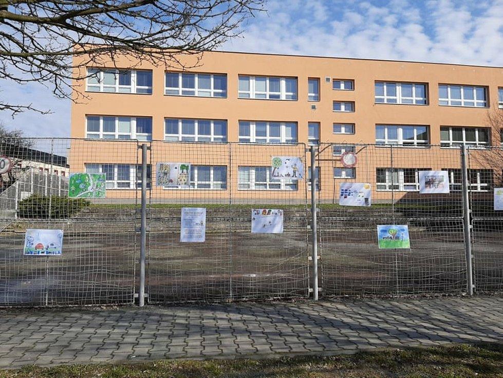 Výstava na plotě u školy ve Vítkově.
