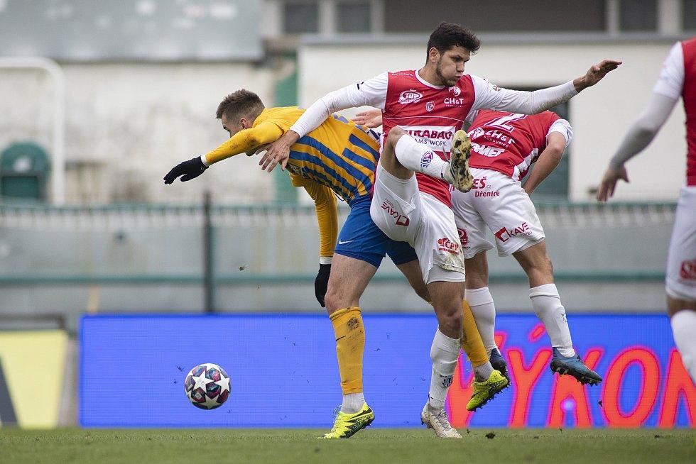 Fotbalové utkání FK Pardubice (červení) - SFC Opava v Praze.