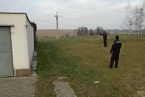 Hlučínští strážníci ukazují prostor v ulici Severní, kde našli dezorientovaného seniora.