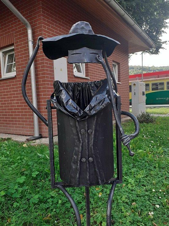 Netradiční odpadkový koš u vlakového nádraží v Hradci nad Moravicí.