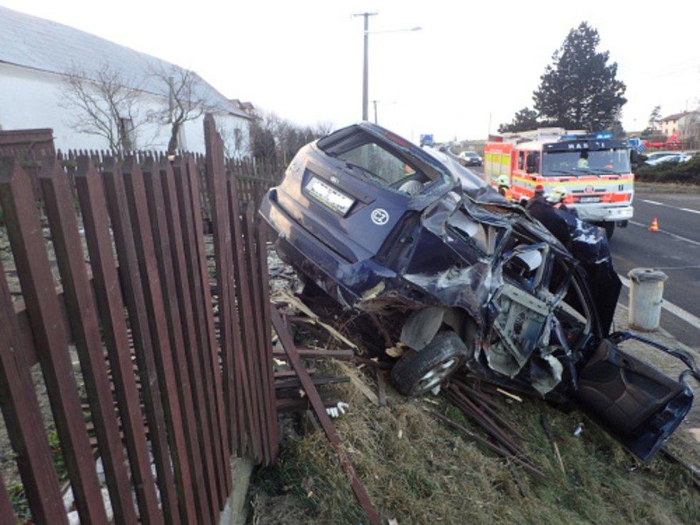 Senior nezvládl řízení a zboural část dřevěného plotu.