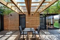Interiér domu nabízí maximální výhled do krajiny.