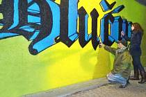 Na graffiti spolupracoval Lukáš Krček s grafičkou Lucií Ptaškovou.