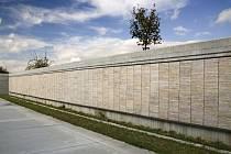 Symbolický hřbitov se jmény obětí války.