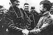 Poručík Josef Hoš, první československý voják, který vstoupil u Dukly v roce 1944 na osvobozené československé území.