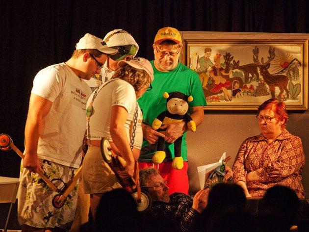 V divadelním představení Tichá noc v tiché domácnosti hraje řada známých amatérských herců.