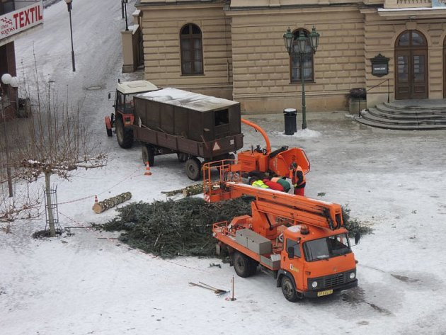 Ke stromkům z domácností se přidal i ten z Horního náměstí. Své místo opustil ve středu dopoledne.
