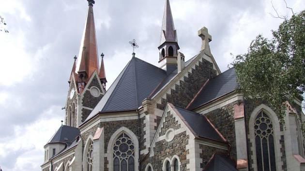 Kostel po opravě. Nyní má novou střechu, fasádu nebo schodiště.