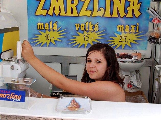 Brigádnice Beáta Tomanová jako jedna z mála dodržela při točení zmrzliny hygienické předpisy.