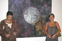 Po odsouzené Mouně Chlupáčkové (vlevo) zůstanou v opavské věznici krásné obrazy. Na fotografii s pedagožkou volného času.