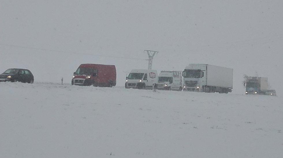 Silnice mezi Opavou a Fulnekem byla ve středu sjízdná jen velmi těžce.