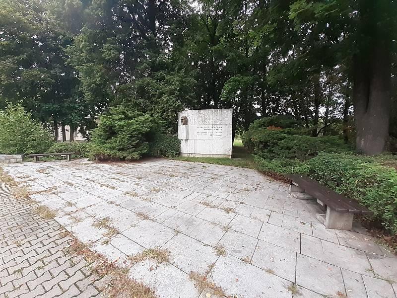 Pomník Vladislava Vančury v Háji ve Slezsku.