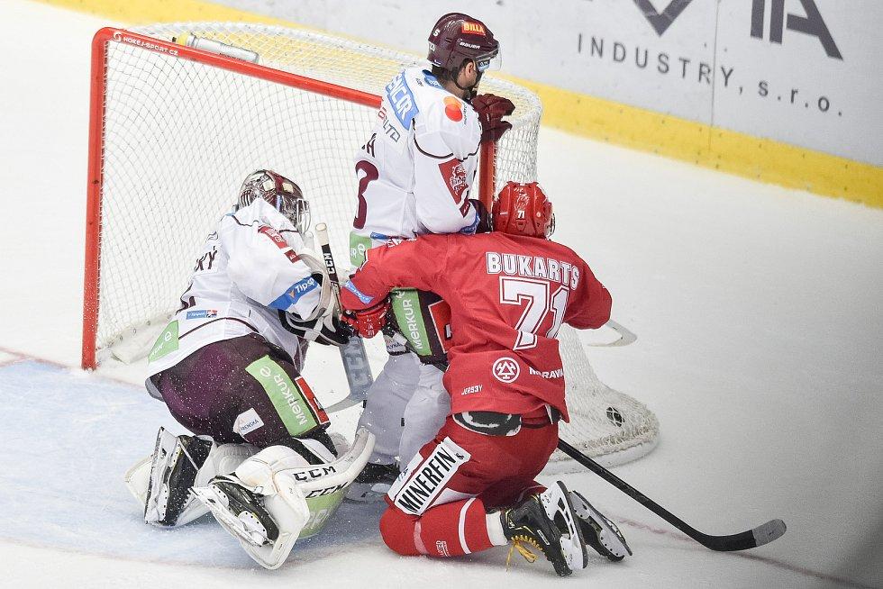Utkání 9. kola hokejové extraligy: HC Oceláři Třinec - HC Sparta Praha, 12. října 2018 v Třinci. Na snímku (zleva) brankář Sparty Matěj Machovský, Lukáš Pech a Roberts Bukarts.
