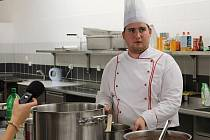 V nové moderní kuchyni gastrocentra bude předávat studentům své zkušenosti kuchař Jan Pařízek.