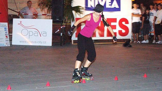 Lenka Buchcárová předvedla Opavanům před noční vyjížďkou dvě ukázky svého mistrovství – slalom mezi kuželkami a taneční kreaci na hudbu.