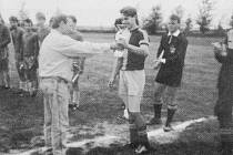Jan Nezmar, kapitán hlavnického dorostu, přebírá pohár pro vítěze Slezského poháru.