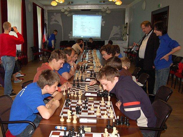 Neděle byla věnována bleskovému šachu. V krásném prostředí sálu purkmistrů Obecního domu v Opavě si dali dostaveníčko už jen šachisté Slezanu Opava a LŠŠ (celkem 38 šachistů). Roli favorita potvrdil domácí Radomír Caletka.