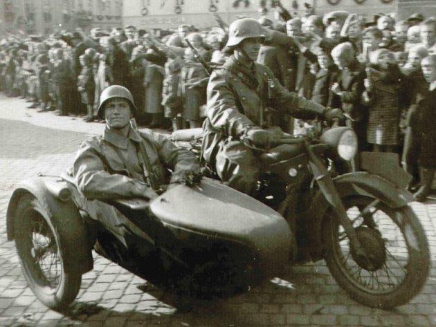 Příjezd wehrmachtu do Hlučína. Na rozdíl od Prahy, kde wehrmacht byl přijímán rozzlobeným obyvatelstvem, na Hlučínsku probíhalo jeho vítání.