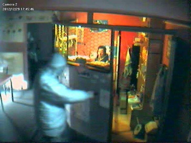Neznámý pachatel si s pistolí v ruce vynucuje vydání peněz na obluze Non stop Baru v Dolním Benešově.