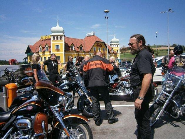 Michal Tkáč (vpravo) na počátku své cesty na Sicílii. Skupina se na chvíli zastavila v Rakousku.