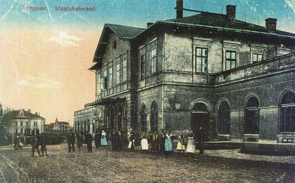 Pohled na nádraží na historické pohlednici.