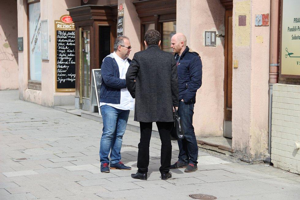 Kontrole Bredy, kterou prováděly orgány státní památkové péče a zástupce Národního památkového ústavu v Ostravě, byl přítomen i bývalý majitel obchodního domu Kamil Kolek (na snímku zcela vlevo).