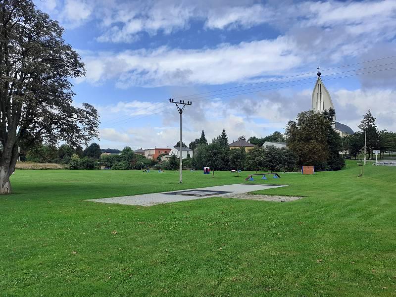 Kynologický areál a pohledem na kostel.