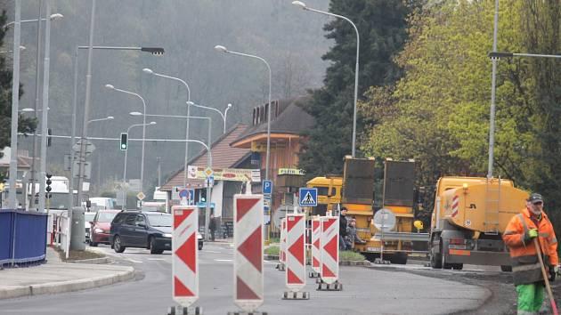 Práce na mostě v Hradci by měly být hotovy do půlky letošního června.